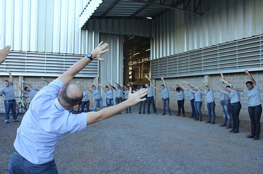 cozimax-moveis-de-aco-pratica-atividades-fisicas-na-fabrica